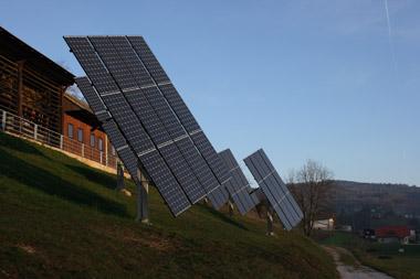 Paneli sončne elektrarne sledijo soncu